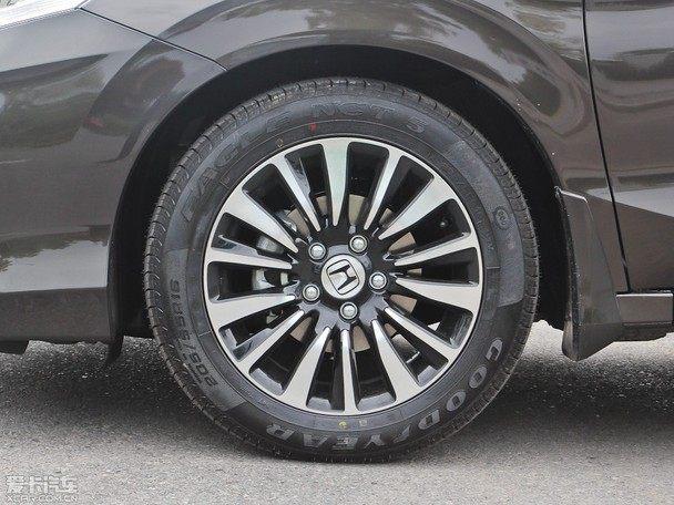 5nm9�yI�&�_凌派装备熏黑运动风格轮圈,全系车型轮胎尺寸为205/55 r16.