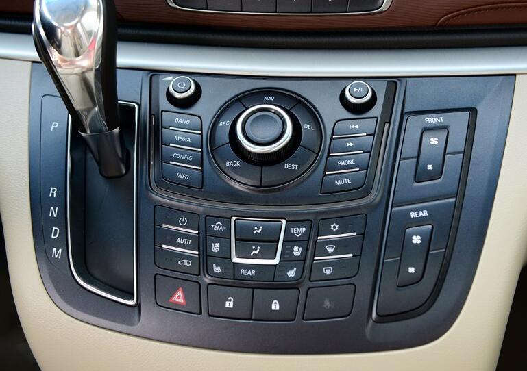 奥德赛的空调控制面板采用的是全触控设计,虽然看着很有科技感,反应也